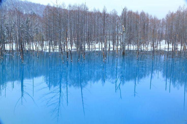 雪で覆われた沼も雪が解けて神秘的なブルーに。なごり雪のイメージ