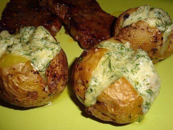 """Картофель на гарнир  Ингредиенты:  7 средних картофелин 50 гр сыра 30гр слив масла 1ст л майонеза 1 ст л рубл укропа соль и чеснок по желанию  Приготовление:  Хорошо моем картофель и накалываем вилкой в нескольких местах. Кладем на решетку в духовку и запекаем при 180"""" до готовности(зависит от величины картофеля)~45 мин. Сыр трем на мелковатой терке,перемешиваем с размягченным маслом,майонезом и укропом. Скатываем порциональные шарики. Картофель слегка остужаем и делаем крестообразные…"""