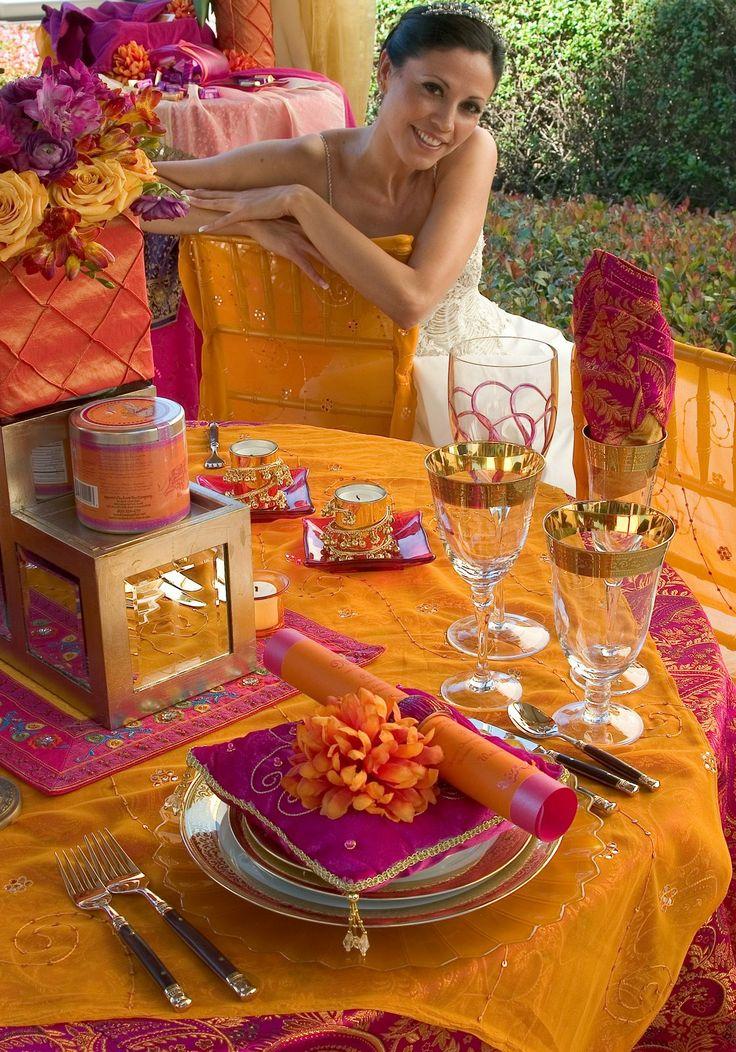 Mesa cheia de cores e luxo para um casamento indiano. Decoração maravilhosa! Nada discreta e fora do comum.
