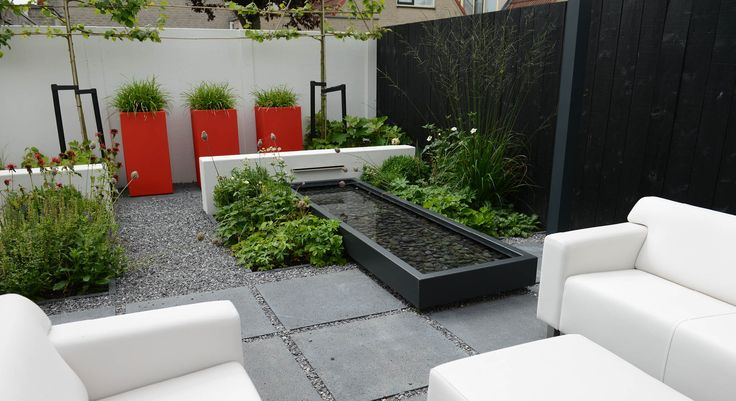 Rodenburg Tuinen: Moderne tuin met spiegelvijver, polyester muurtjes, oud hollandse tegels Schellevis, leilindes, houten schutting