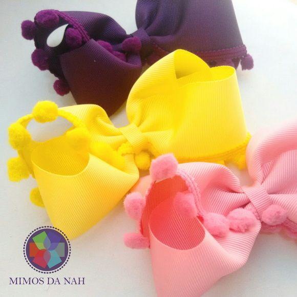 Laço Sophia tamanho G com pompom.  Pode ser aplicado na meia de seda larga, meia de seda estreita, arquinho ou bico de pato forrado.  Material: gorgurão  Medida aprox.: 10 cm  Cores disponíveis: rosa, roxo e amarelo