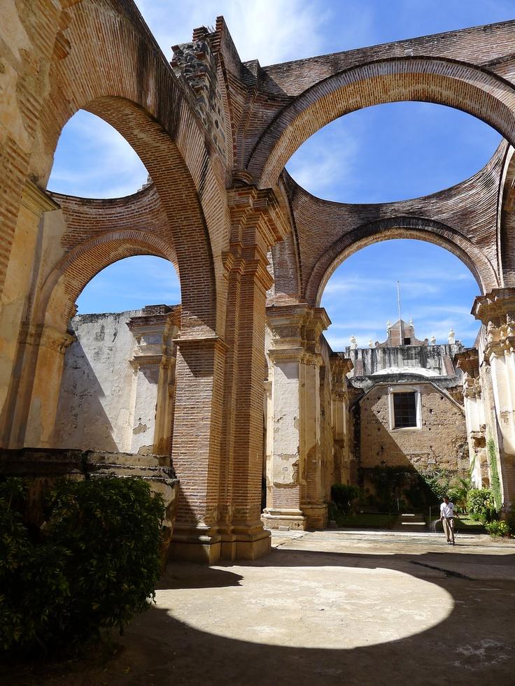 Arcos de un edificio caduco en Antigua, Guatemala