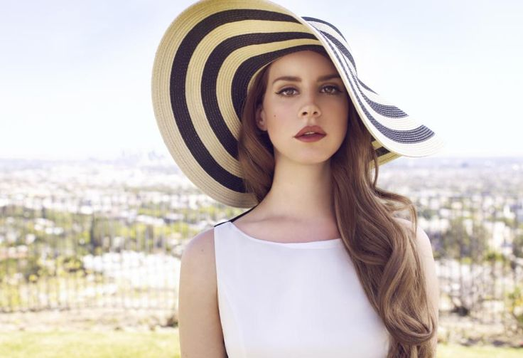 Η Λάνα Ντελ Ρέι κάνει διακοπές στην Ελλάδα! (vids)