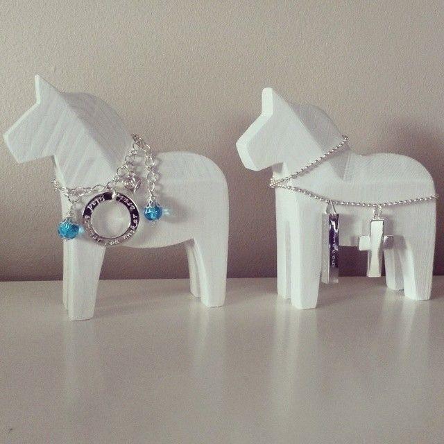 Två specialbeställda hästar med budskapsring och en konfirmationshäst med stansad 4stav och kors.