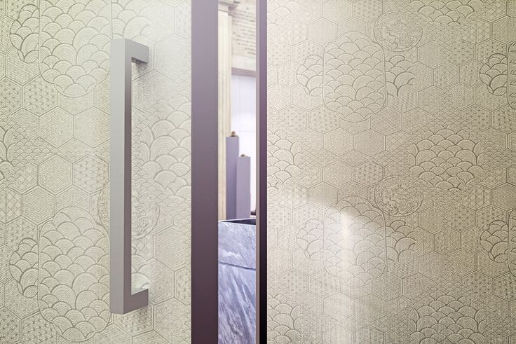 Linvisibile Alba Filo 10 Hinged door, Jannelli&Volpi wallpaper covering. - Armani/Casa Exclusive Wallcoverings Collection Graphic Elements 1 - #internaldoors #invisibledoors #showroom #designdoors