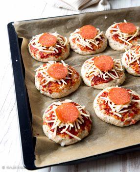 Tästä sämpylöiden ja pizzan risteytyksestä on tullut meidän uusi suosikki. Pizzasämpylöihin tarttuvat niin aikuiset kuin