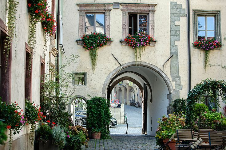 Regensburg is situated at the confluence of the Donau (Danube), Naab, and Regen rivers. With 140,000+ inhabitants, it's the 4th-largest town in Bayern. The medieval town center is a UNESCO World...