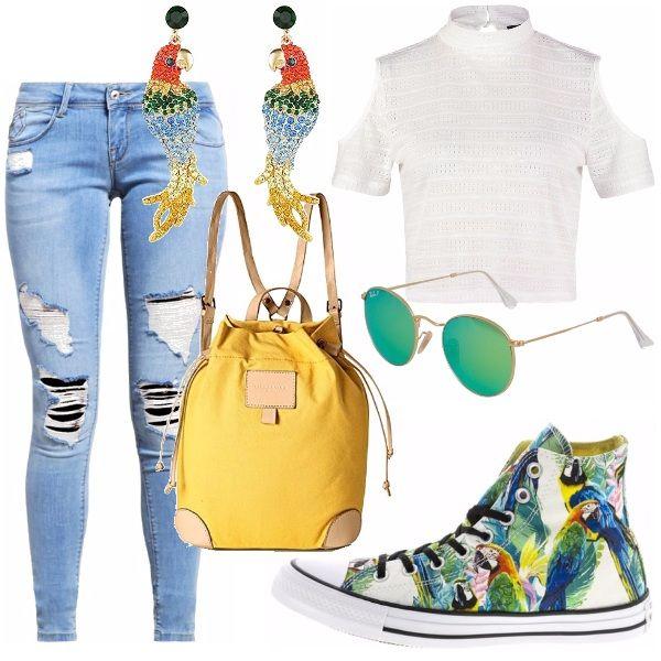 Jeans strappato e top corto bianco creano un look minimal; ciò che anima l'outfit sono gli accessori partendo da una Converse fantasia ripresa dagli orecchini, zainetto giallo ed occhiali vedi-azzurro-giallo.