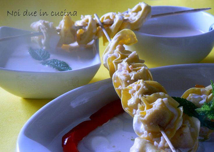 Spiedini di tortellini alle due salse