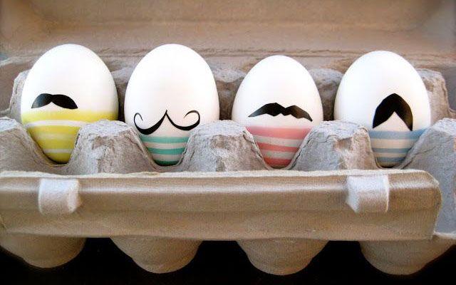 Männliche Eier. (Bild via: oh-whatfun.blogspot.ch/2010/04/mustache-eggs.html)
