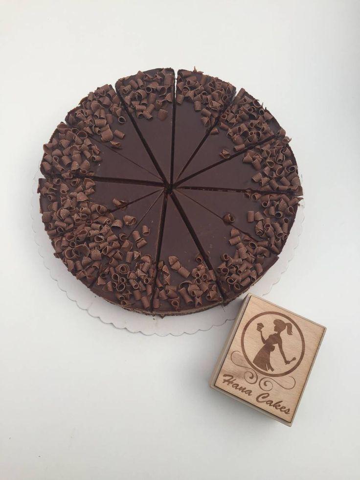 Extra čokoládový cheesecake 🍫🍫 Recept: 200g sušienky kakaové HOBITS  120g maslo 500g tvaroh 250g smotana na šľahanie (najlepšia je 35%) 300g vysokopercentná čokoláda 100g čokoláda na vrch + hoblinky na dozdobenie Sušienky rozdrvíme, maslo dáme roztopiť a spolu zmiešame. Tvaroh a smotanu spolu zmiešame, pridáme roztopenú čokoládu a dáme do chladničky najlepšie na celú noc. Čokoládu si roztopíme a nalejeme na vrch cheesecaku a dozdobíme hoblinkami. 😊 Dúfam, že Vám bude chutiť, dobrú chuť…