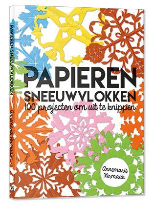 Cover omslag papieren sneeuwvlokken van Annemarie Vermaak