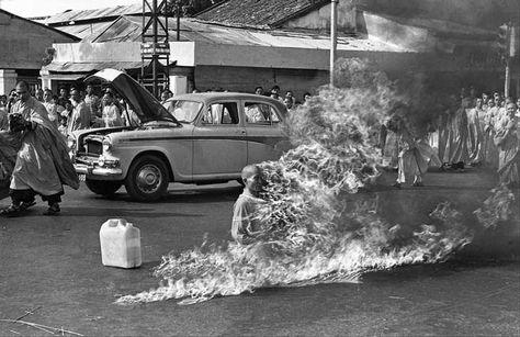 El 11 de junio de 1963, este monje budista se incendió como protesta a la opresión que el gobierno de Ngo Dinh Diem ejercía sobre la religión budista en Vietnam. Esta foto ganó un premio Pullitzer, y fue la portada del primer disco del grupo Rage Against the Machine.