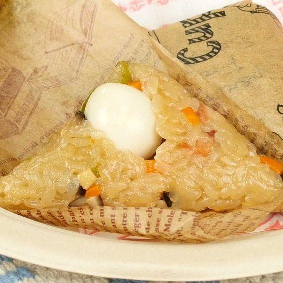 材料 ※調理時間は、もち米の水分を飛ばした後に粗熱を取る時間を除きます。 (15個分) ・もち米:2合 ・焼豚:100g ・干ししいたけ:3個(15g) ・たけのこ(水煮):50g ・にんじん:30g ・きぬさや:7枚 ・うずらの卵(水煮):15個 ☆砂糖:大さじ1杯 ☆鶏がらスープの素:小さじ2杯 ☆酒:大さじ1杯 ☆オイスターソース:大さじ1と1/2杯 ☆醤油:大さじ1杯 ・ごま油:大さじ1杯 ・水:400cc(干ししいたけ用)