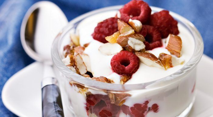 Yoghurt med karamelliserade mandlar och hallon