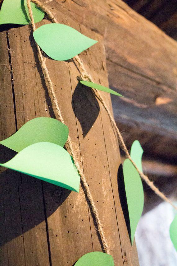 folhas de cartolina e juta para decoração de selva
