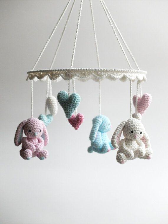 Este bebé de ganchillo precioso móvil con conejitos bebé lindo, poco dulces para saludar a su recién nacido todas las mañanas, hace hermoso, un regalo de bebé bueno. Bebé móvil está hecha de hilo de algodón 100% en blanco, turquesa y dos tonos de rosa. Es ideal para colgar en cuna, cambiador de bebé o simplemente en cualquier lugar en el vivero para alegrar la habitación de bebé.  El artículo es hecho a mano con amor y cuidado.  Color: blanco, turquesa, rosa claro, rosa medio Material: hilo…