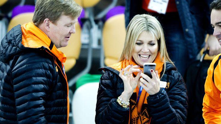 Ons koningspaar Koning Willem-Alexander en koningin Maxima zaten weer met zichtbaar veel plezier op de tribune van de Adler Arena tijdens de Olympisch winterspelen in Sotsji Rusland. De prestaties van de Nederlandse oranje schaatsers zijn dan ook geweldig.
