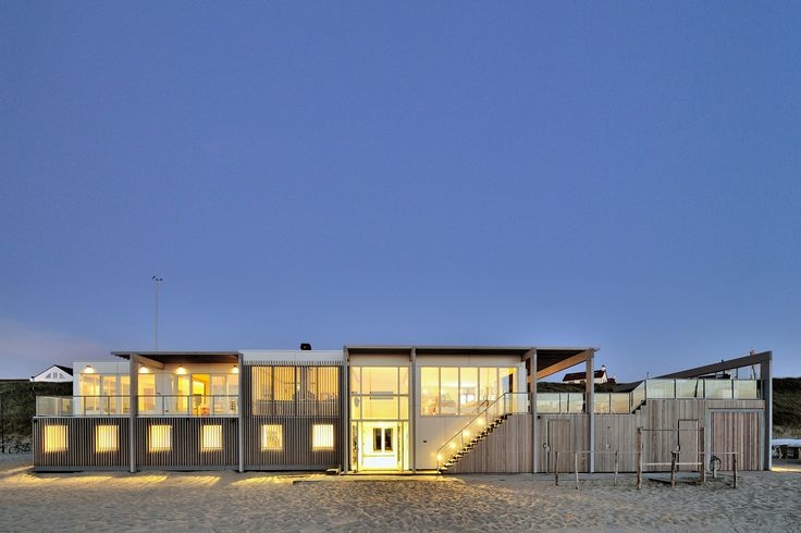 Luxe strandhuis in Zandvoort voor watersporters. Prachtige combinatie van afwisselende houten gevelstructuren en grote glaspuien. Het ontwerp komt van BNLA architecten uit Amsterdam.  Fotografie: Studio de Nooyer