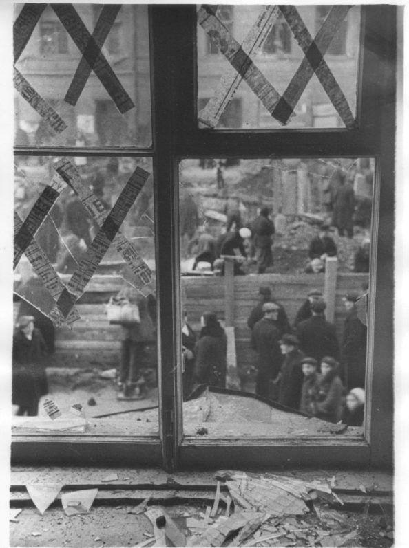 Линии узора были навеяны художнице-фарфористу Анне Яцкевич косыми линиями прожекторов, прочерчивающих небо в поисках немецких бомбардировщиков, и бумажными лентами, наклеенными на оконные стекла блокадного Ленинграда, чтобы не разбились от взрывной волны. Этот орнамент был удостоен золотой медали на Всемирной выставке в Брюсселе в 1958 году, когда Анны Яцкевич уже не было в живых. Зато теперь каждый, кто пьет кофе из чашечки с таким рисунком, сам того не зная, отдает дань художнице и…