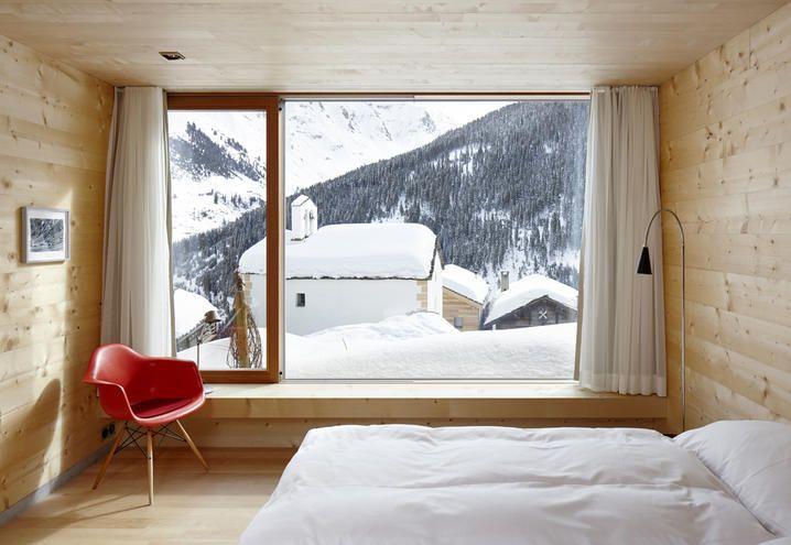 Classic wood and design details for this chalet on the Alpes / Classico legno e dettagli di design per questo chalet sulle Alpi