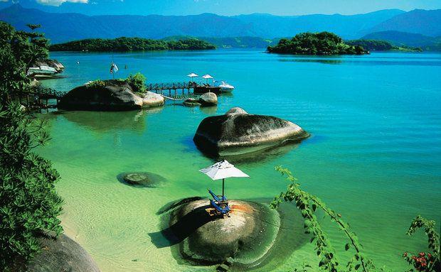 A cidade de Angra não tem muitos atrativos, os passeios de escuna que percorrem a baía e as ilhas são os destaques do destino
