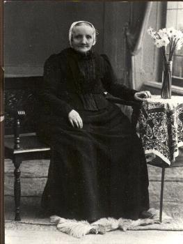Portretfoto van Elizabeth Maarleveld-Eigenraam in Vlaardingse klederdracht. 1910-1930 #ZuidHolland #Vlaardingen