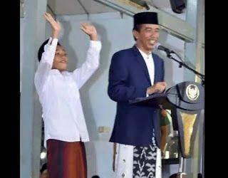 """Ahok Jadi Menteri di Kabinet Jokowi  Ada kejadian menggelikan saat Joko Widodo menghadiri acara peringatan Isra Mi'raj di Pondok Pesantren Tegalrejo Magelang Jawa Tengah berlangsung. Bukan saja karena ribuan santri yang hadir tapi suasana acara itu membuat Jokowi terpingkal-pingkal. Suasana itu terjadi saat Jokowi mengakhiri sambutannya dengan membagikan 5 sepeda kepada santri. Sepeda itu diberikan kepada santri yang bisa menjawab pertanyaan yang diajukan oleh Jokowi. """"Tadi saya bawa 5…"""