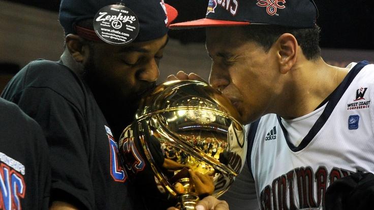Kenton Walker II e Brad Waldow, do Saint Mary's Gaels, beijam troféu após título no basquete universitário dos EUA