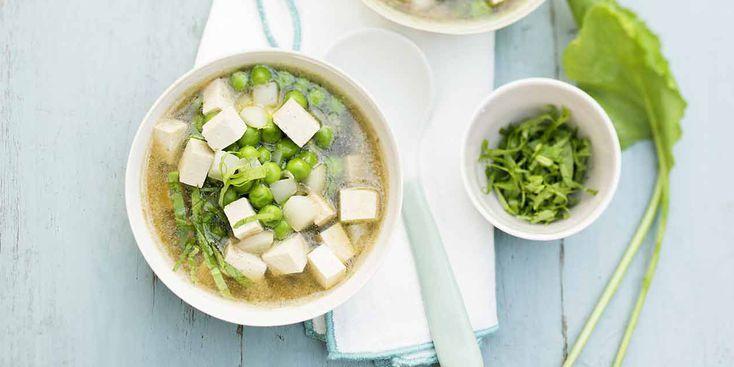Soupe miso aux navets nouveaux, petits pois et tofu
