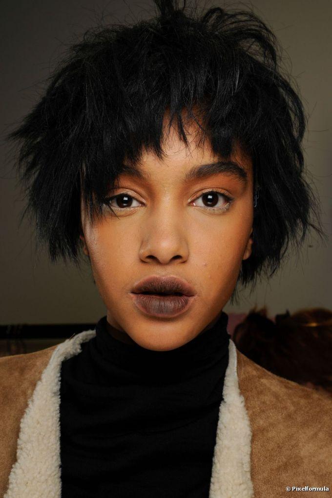 Cabelos pretos são opção para destacar a beleza de morenas e negras