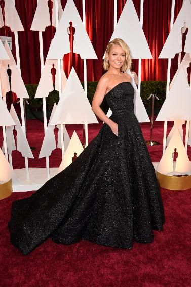 The Best and Worst Dressed at the 2015 Oscars | WORST: Kelly Ripa     This dress does swallow her up but I still like it. Her hair is on trend. Yahoo is wrong.