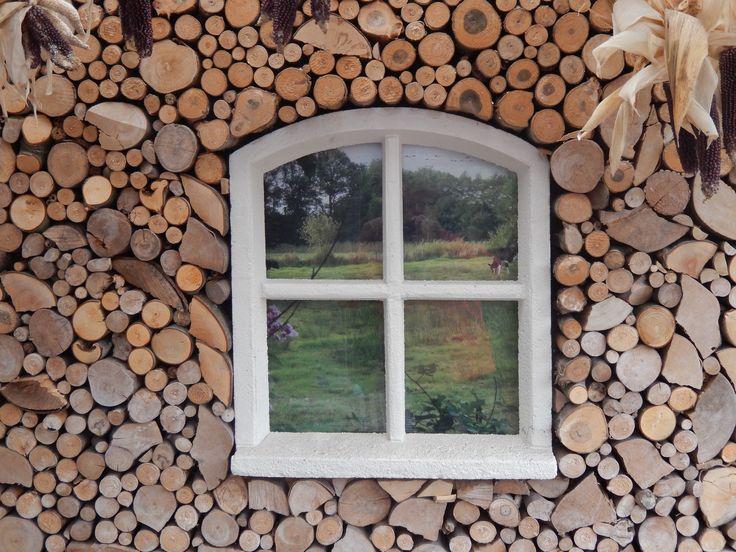kachelhout tegen de muur bevestigen, kozijntje erin verwerken en zorgen voor een leuke print die je erachter plaatst.