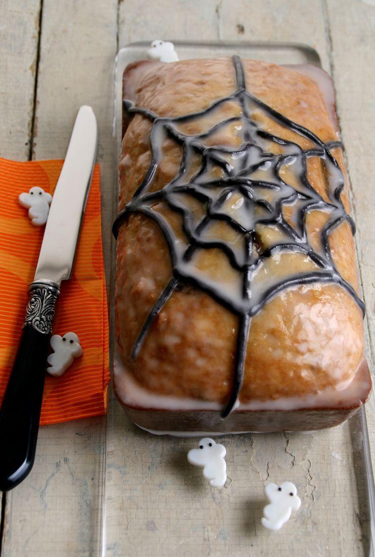 Un panqué delicioso y adornado para tu fiesta de Halloween con una telaraña, con esta decoración tendrás el postre perfecto.