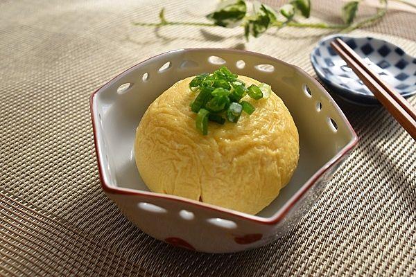 卵1個を絶品おかずにする『だし卵ボール』のレシピです。ラップでキュッと縛って茹でるので、洗い物が少なく手軽に作ることができますよ。簡単なだけでなくお味も保証付き。基本のレシピとアレンジレシピをチェックして、もう一品のマイレシピに取り入れませんか?