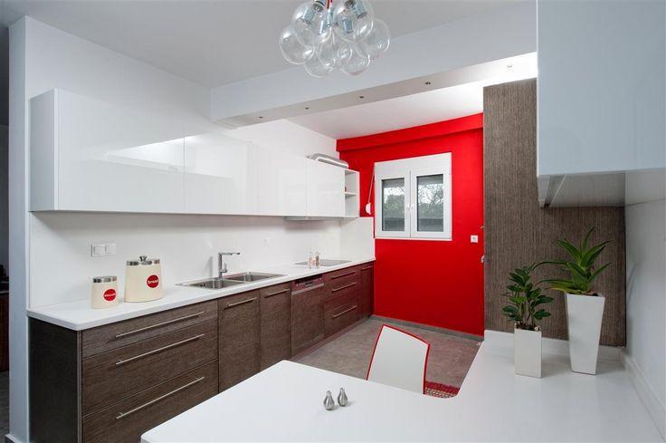 Μοντέρνα κουζίνα με δρύινα πορτάκια σε συνδυασμό με ντουλάπια από λευκό ακρυλικό.