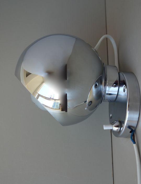 Onbekende ontwerper - verstelbare magneet wandlamp in chroom  Origineel en speels space age wandlampje in nagenoeg nieuwstaat.Geheel verchroomd.De kap is een bol die rust in een houder waarin zich een sterke magneet bevind. De bol kan zonder al te veel kracht losgetrokken van de magneet en vervolgens in iedere gewenste positie worden gesteld.Het lampje is niet gesigneerd. De meest bekende magneet wandlampjes uit de mid century periode zijn van het Deense ABO Randers maar dit bedrijf heeft…