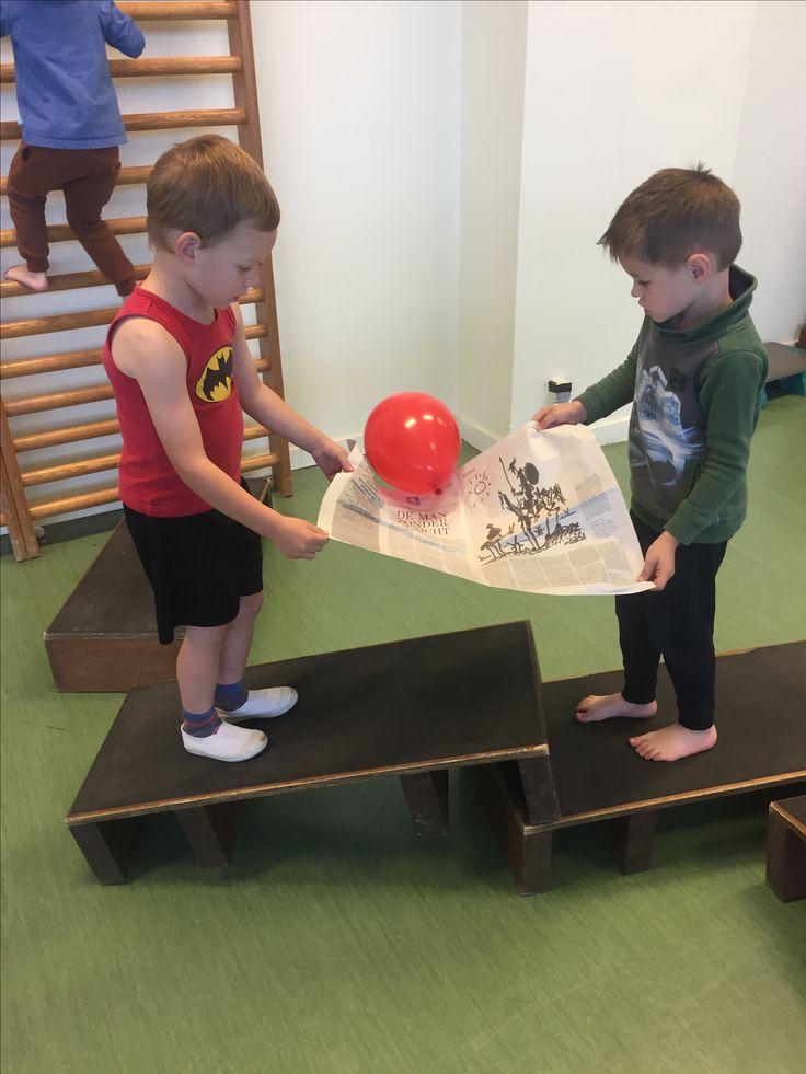 Samenwerken en dan een parcour overlopen zonder dat de ballon valt vd krant