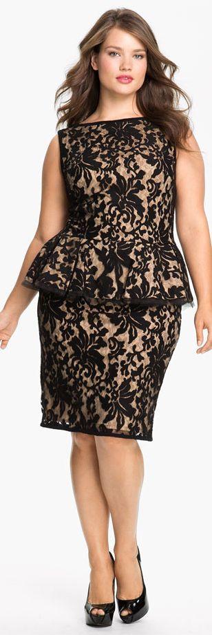 Black and beige peplum evening dress for curvy women by Tadashi Shoji. Guaranteed to highlight your best curves. Con peplum en negro y beige los vestidos de noche para gorditas de Tadashi Shoji resaltan las curvas donde lucen mejor.