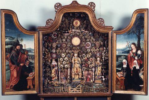 De Besloten Hofjes in het Schepenhuis behoren tot de absolute hoogtepunten in de Stedelijke Musea Mechelen. Deze retabelkasten werden in de eerste helft van de 16de eeuw gemaakt door de Gasthuiszusters-Augustinessen van Mechelen. Zij zijn uniek in hun soort. Nergens ter wereld vindt men een dergelijk groteverzameling van Besloten Hofjes.