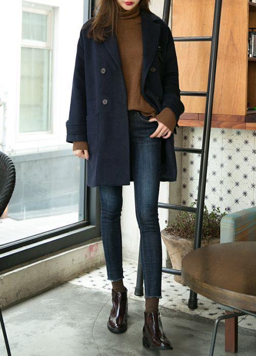 Frauenkleidung Jeans, Schwarze Leder Stiefeletten, Dunkelblauer Mantel, Hellbraune Spitze