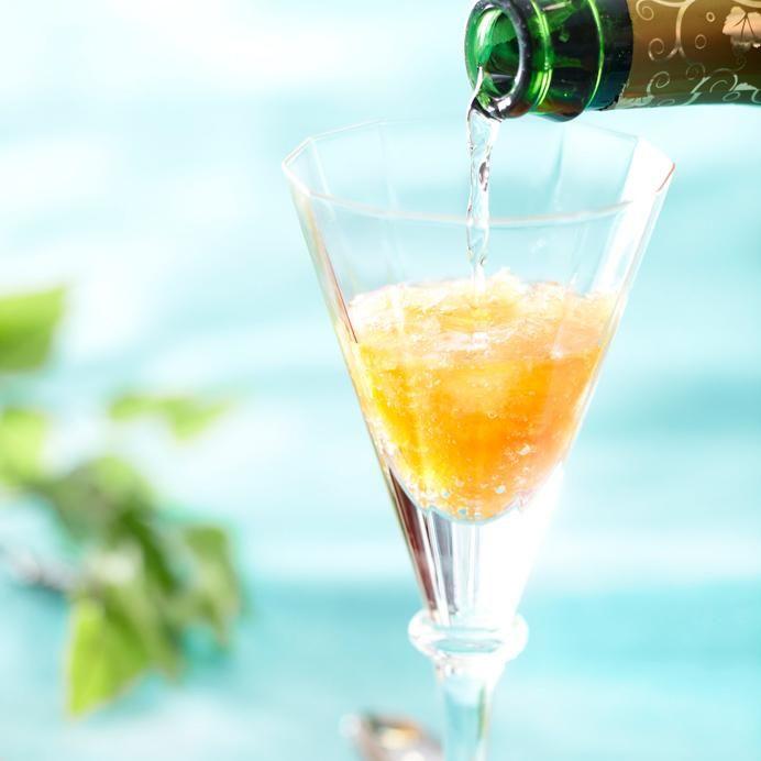 SLUSH - resepti: 8 dl vettä, 2 dl sokeria, 3 tl teetä, 1 dl appelsiinimehujuomatiivistettä, 3 dl giniä MUUT AINESOSAT Jatkeeksi sitruunajuomaa, kivennäisvettä tai kuohuviiniä - Kiehauta puolet vedestä, liuota mukaan sokeri ja hauduta teetä 3 minuuttia, siivilöi tee tai poista pussit. Lisää loput vedestä, mehutiiviste ja alkoholi > jäähdytä ja laita tiiviiseen rasiaan pakkaseen vähintään vuorokaudeksi. Lusikoi sohjoa pari lusikallista lasiin ja täytä se haluamallasi jatkeella.