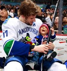 ryan kesler with his daughter - Vancouver Canucks