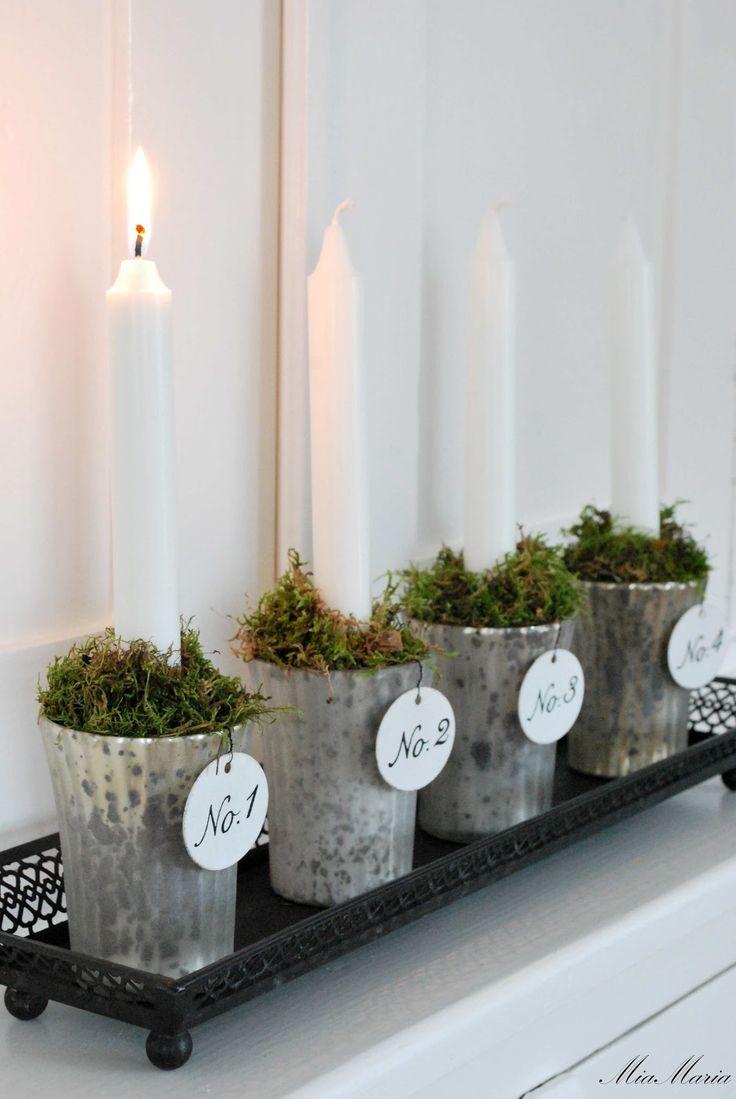 Advent candles.  Vitt hus med vita knutar