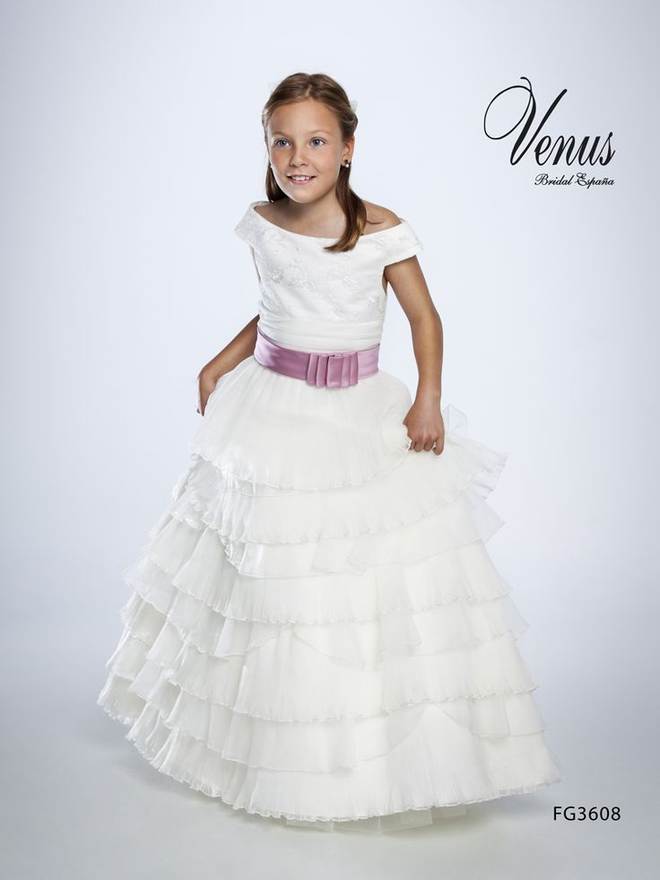 Pliegues y volantes para vestidos de comunión de princesa con un toque de color en rosa chicle a modo fajín.