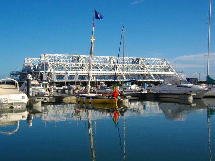 Enquanto na Marina Parque das Nações desfrute da extensa área de restauração e lazer na envolvente da Marina e o Edifício Nau, uma área comercial com  lojas e esplanadas.