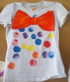 Beeldend: bestempelen van T-shirt en een strik erop nieten. Nog een hoedje en het gezichtje schminken en iedereen is een echte clown.