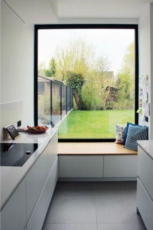 Eén kast dirigeert deze hele nieuwbouwwoning • Architect: www.tweearchitecten.be (keukenraam • zitbank • zitraam • keuken)