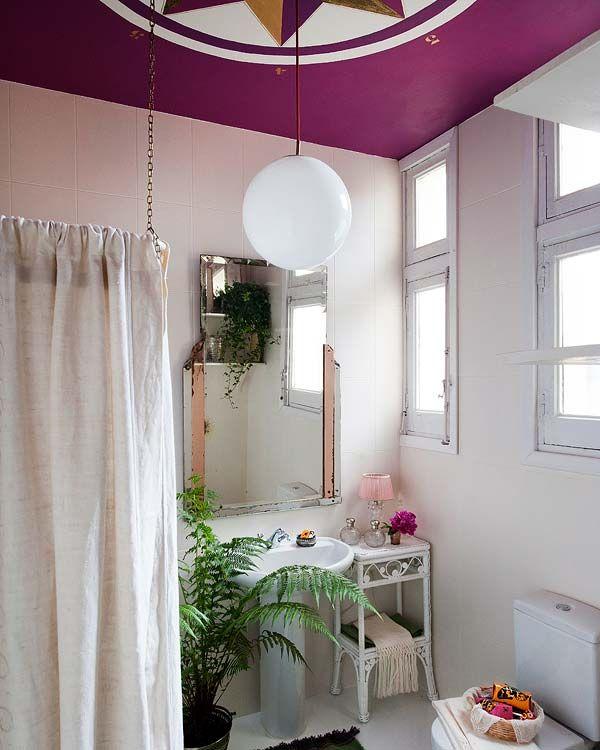 Decoração ousada, luz natural, banheiro, lavado, teto roxo.