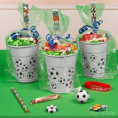 Ideas de fiestas temáticas de fútbol. Vasos decorados.